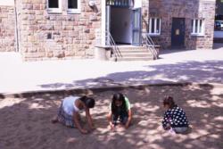 Sandkasten und Nebeneingang